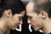 Fuerte conexión - Retrato de una joven pareja cabezal meditar con los ojos cerrados
