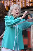 LOS ANGELES - AUG 22:  Betty White at the ceremony for Valerie Bertinelli Hollywood Walk of Fame Sta