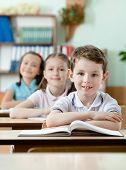Schüler sind sehr aufmerksam an Klassen. Sie hören jedes Wort des Lehrers