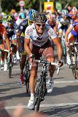 BARCELONA - 26 de AUG: AG2R La Mondiale ciclista italiano Rinaldo Nocentini paseos con el paquete durante th
