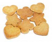 Einige Shortbread Kekse mit verschiedenen Formen auf weißem Hintergrund