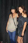 LOS ANGELES - 28 de AUG: Meagan Good, Amy Correa Bell en el estreno de GoDigital ' usted, Me & el Cir