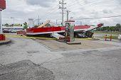 St. LOUIS - 31 de maio de 2013: Carros e casas foram fortemente danificadas por um tornado que varreu Floris