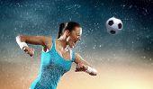 Imagen del futbolista joven golpeando la bola