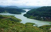 beeindruckende Landschaft des Sees vom Berg mit Kiefernwald