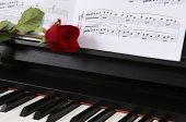 Noten mit Rose am Klavier