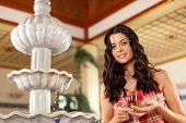 Wellness junge Frau ist entspannend im Ruheraum mit Tee