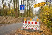 Bloqueo de carretera con redirección en una calle en Alemania