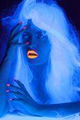 Retrato de conto de fadas na luz uv