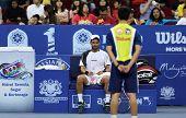 KUALA LUMPUR - 28 de septiembre: Alejandro Falla (Col) toma un descanso en el ATP Tour Malasia abierto Se en 2012