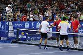 KUALA LUMPUR - SEP-30: Die Doppel-Finalisten shake Hand am Ende des Spiels auf der ATP-Tour-Mala