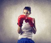 mujer valiente hace boxeo