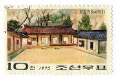Noord-KOREA - CIRCA 1973: Een stempel gedrukt in Noord-KOREA toont foto van de huizen in de geboorteplaats