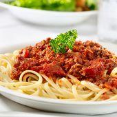 pasta spaghetti con salsa de tomate carne