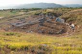 ruínas do teatro na antiga cidade de Byllis no crepúsculo, Albânia