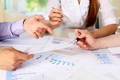 documentos financieros y de negocios sobre la mesa