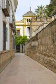 Calle junto al muro urbano en Sevilla