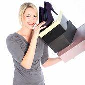 Mulher loira segurando caixas de sapatos