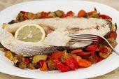 Peixe cozido com legumes e limão