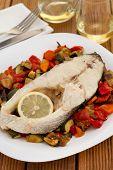 Peixe cozido com legumes na chapa de Th White