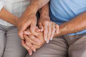 Ein älteres Ehepaar Händchen hautnah