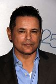 LOS ANGELES - JUL-24: Raymond Cruz kommt bei TNT 25th Anniversary Party im Beverly Hilton Ho