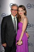 LOS ANGELES - 24 de JUL: Tony Denison llega a la fiesta de aniversario 25 de TNT en el Beverly Hilton Ho