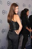 LOS ANGELES - 24 de JUL: Julie Gonzalo llega a la fiesta de aniversario 25 de TNT en el Beverly Hilton H