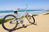 Vintage Beach Cruiser bicicleta a lo largo de la costa de California