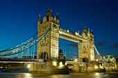 Tower Bridge bei Nacht, London, UK