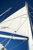 Navegar con cielo azul