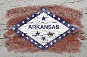 Bandera de nosotros del estado de Arkansas en Grunge precisa de textura de madera pintado con tiza