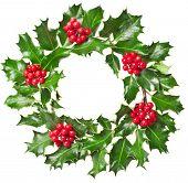 Weihnachtskranz Natur Blätter und Beeren der Stechpalme-Ilex-Pflanzen isoliert auf weißem Hintergrund