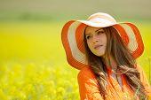 mulher bonita no florescente campo de colza