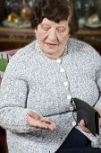 Rentner zählt ihre letzten Geld