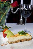 Bolo de queijo à la carte com vinho e rosas