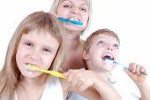 Personas limpieza de dientes