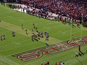 Rams Qb Sam Bradford define jogar Deep no território do 49Ers durante o jogo