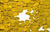 Monedas caen sobre la mesa