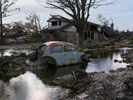 foto of katrina  - 100 ft. from the 17th street canal breach in new orleans, water still leaks through the levee, 3 months after hurricane katrina  - JPG
