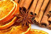 Zimtstangen, Sternanis und getrocknete Orange Cuts