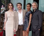 LOS ANGELES - NOV 07:  Berenice Marlohe, Javier Bardem, Naomi Harris & Sam Mendes arriving to Walk o