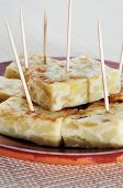 primer plano de una placa con tortilla española de patatas servidos como tapas
