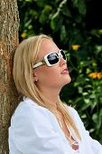 portrait of a woman with sunglasses. relaxing with protection against uv rays sonnenlichtund