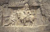 Постер, плакат: Роман императора Валериана представляет персидский царь Шапур