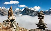 vista do everest com pedra mans de gokyo ri