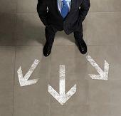 Vista superior del empresario contra fondo de direcciones
