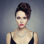 Foto de moda de señora hermosa con noche make up