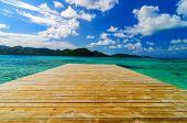 Muelle y agua hermosa
