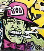 Um rosto pintado na parede